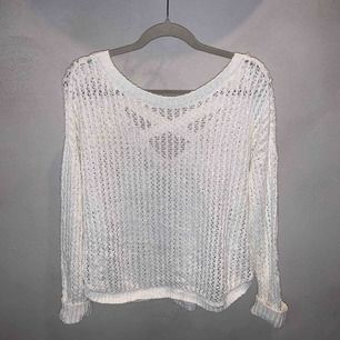 Stickad tröja med hålmönstrar från Hollister i storlek xs men den är lite oversized.