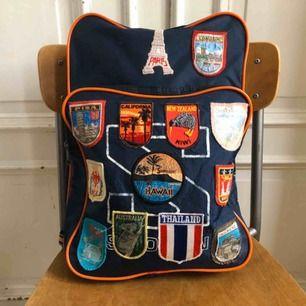 Vintage Salomon ryggsäck från 80-talet med patchar Väl använt skick men mycket charmig med påsydda patchar. Observera: Ena remmen har släppt i sömmen och behöver sys fast, enkelt fixat