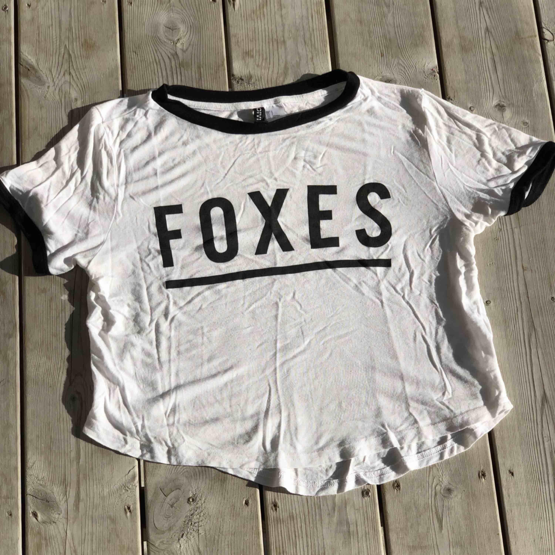 """Söt crop top med texten """"foxes"""". Kan skickas, köparen står för frakten. Hämtas i Onsala.. Toppar."""