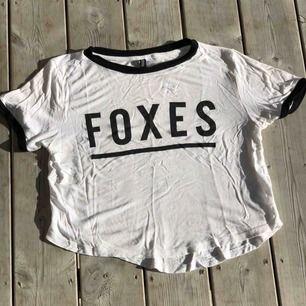 """Söt crop top med texten """"foxes"""". Kan skickas, köparen står för frakten. Hämtas i Onsala."""