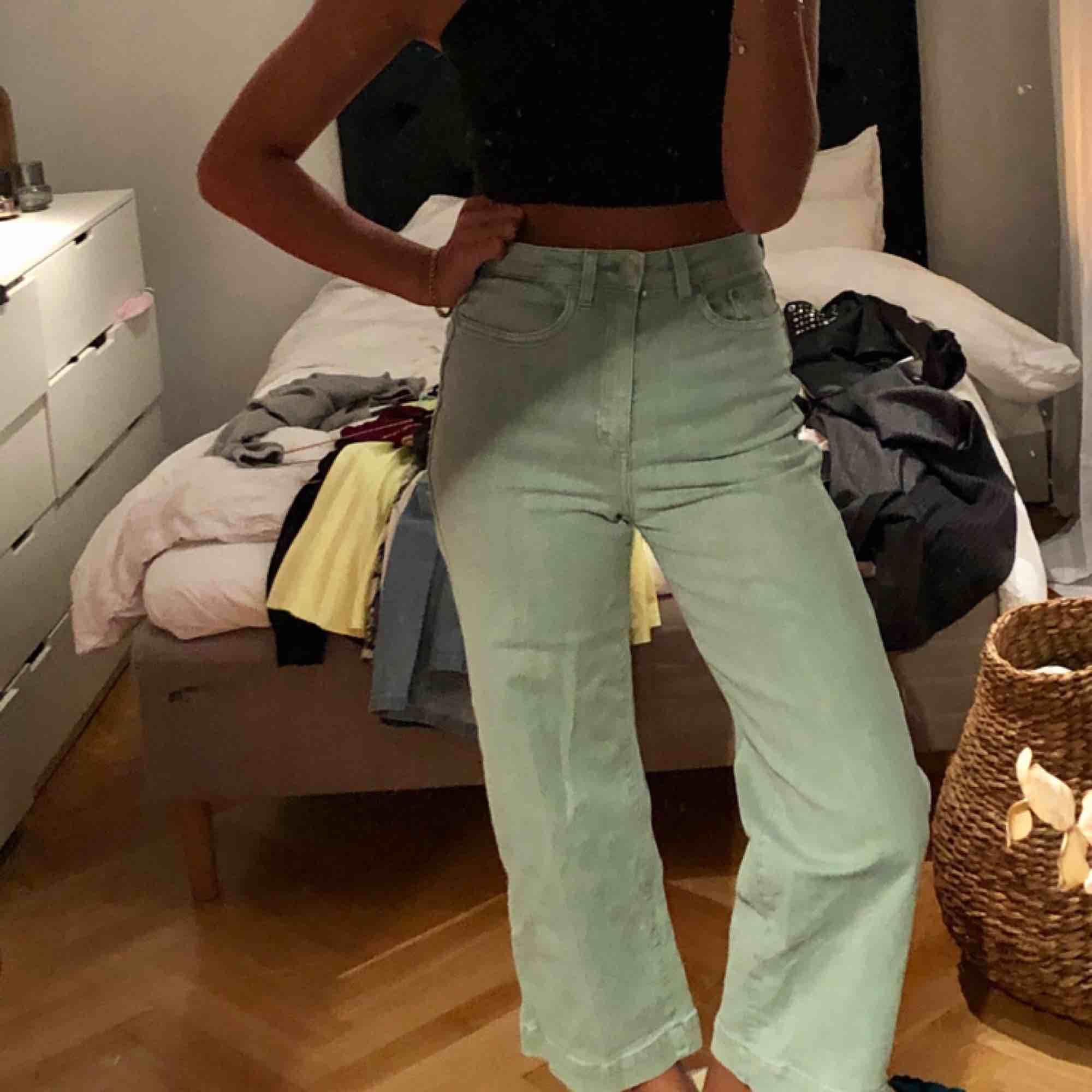 Från weekday, är 167 ungefär, frakt tillkommer på ca 50kr, kan mötas i stockholm. Jeans & Byxor.