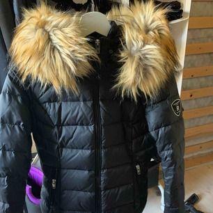 """Rock n blue jacka i modellen """"Chill Faux fur"""", fake päls.  Nypris 2299kr, aldrig använd   Möts i Helsingborg eller fraktar (köpare står för fraktkostnad)"""