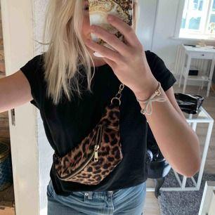 Leopard bumbag med gullig kedja   Kan mötas i Hbg eller frakta (köpare står för fraktkostnad)