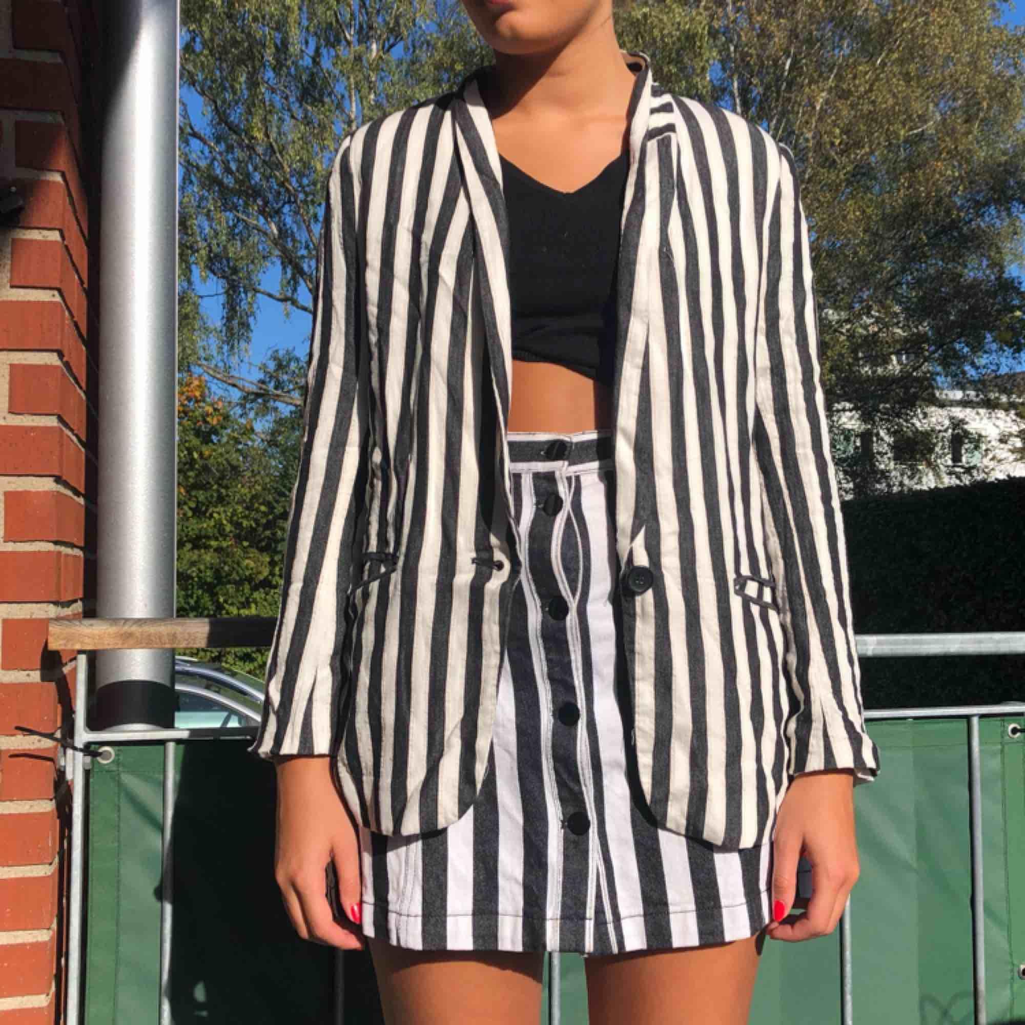 Randig blazer från h&m Säljer en matchande kjol som går att hitta i mina annonser Frakt 59🌸. Kostymer.