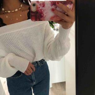 Asball stickad offshoulder tröja från ginatricot men som ej säljs längre i butik eller online! Använd 1-2 gånger så den är som nyskick.  PRISET ÄR INK FRAKT!!