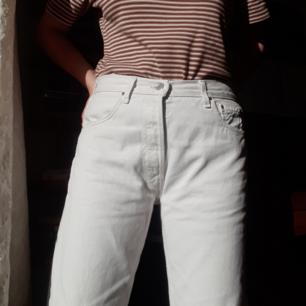 Vita vintage Levi's 501. Dom har små fläckar på vänstra benet ca 20-25 cm upp. Jag är 170cm lång och har vikt upp kanten så att dom knappt syns. Fråga om du vill ha mer bilder😊