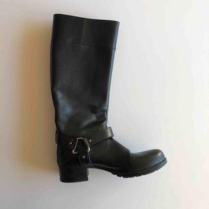 Äkta Prada stövlar i svart läder.  Endast använda några gånger, fint skick.  Frakt tillkommer.