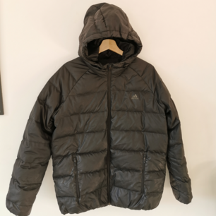 Adidas pufferjacket i strl XL.