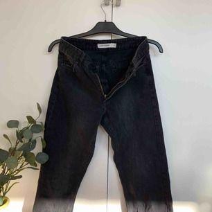Ursnygga Carin Wester Jeans. Modellen är rak och högmidjad! Lite längre på mig som är 1.70 men går ej över hälarna. Ganska små i storleken, jag som är en 36 i vanliga fall kan ha dessa och skulle nog kunna ha en storlek större också..