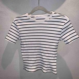 Vit och svart randig T-shirt från Zara i storlek s