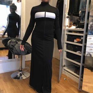 Fenty by Rihanna lång klänning med dragkedjor så att man kan dra upp och nerifrån tex om du vill ha v ringad eller en slitz nypris 1700