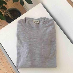 Mjuk lite tunnare tröja i 100% ull från Acne Studios. I mycket fint skick, använd endast vid ett tillfälle. Inköpt på Acnes hemsida i vintras.  Storlek: S Nypris: 2100 kr