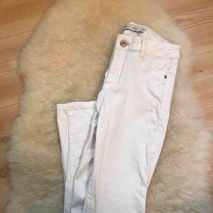 """vita jeans i den populära """"molly"""" modellen från ginatricot, i bra skick bara att de är lite ludd i fickorna som går att ta bort (men ja har inte tålamodet haha) 🥰 kan fraktas"""
