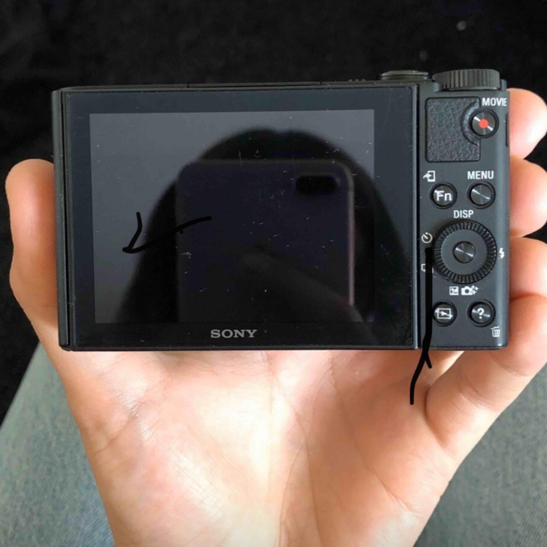Sony kamera nästan aldrig använd snart 1 år sen jag köpte den❤️ Priset kan diskuteras❤️ Frakt ingår❤️ ( på bild 2 råkade jag måla hahah). Övrigt.