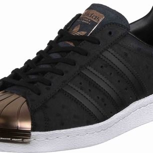 Svarta adidas skor i storlek med en kopparfärgad metall tå Finns i storlek 38
