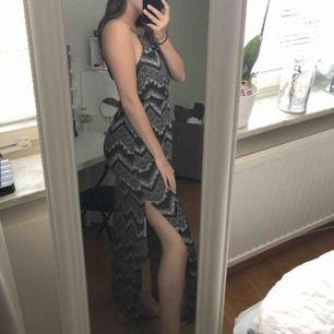 En långklänning med slits på båda sidor. Köparen står för ev frakt😊