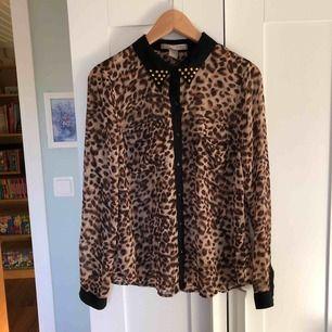 Leopard skjorta med nitar från love21