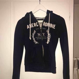 abercrombie hoodie i bra skick, sitter väldigt bra på 🥰 kan fraktas