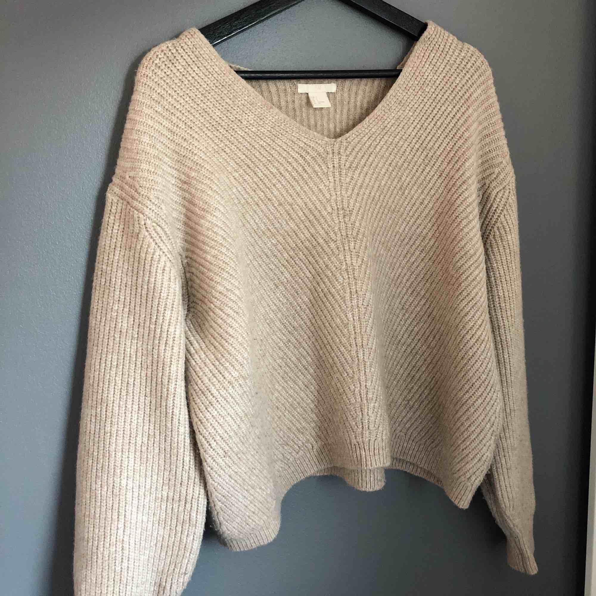 Mysig beige stickad tröja till hösten, fraktar men köparen står för frakten! . Stickat.
