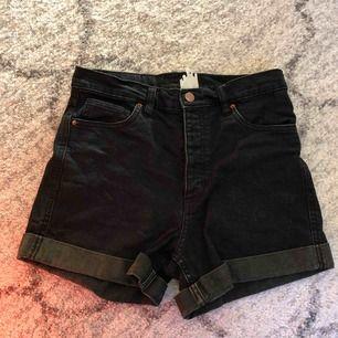 Svarta shorts från Monki. Frakten ligger på 54:-