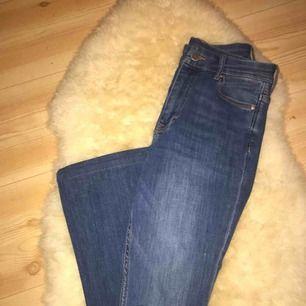 nya bootcut jeans med hål på båda knän, sitter väldigt bra på och formar snyggt, säljs pga har likadana fast ljusare! High waisted! 🥰 kan fraktas