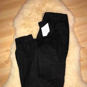 """helt nya sjukt snygga """" prassel byxor """" från Zara med fickor och resor nertill, även ett knyte i midjan som gör så de sitter ännu bättre! 🥰 kan fraktas"""