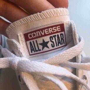 Converse använda 1 gång!! Säljer pga storlek inte passar!! Pris kan diskuteras💜