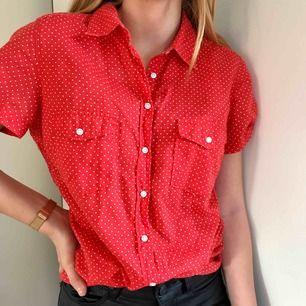 Stolek:38 men passar på en xs/34 som jag har egentligen! En röd prickig skjorta, som är köpt på hm🥰 man kan Styla till ett par skinnbyxor, super bra skick använd bara ca 1 gång.