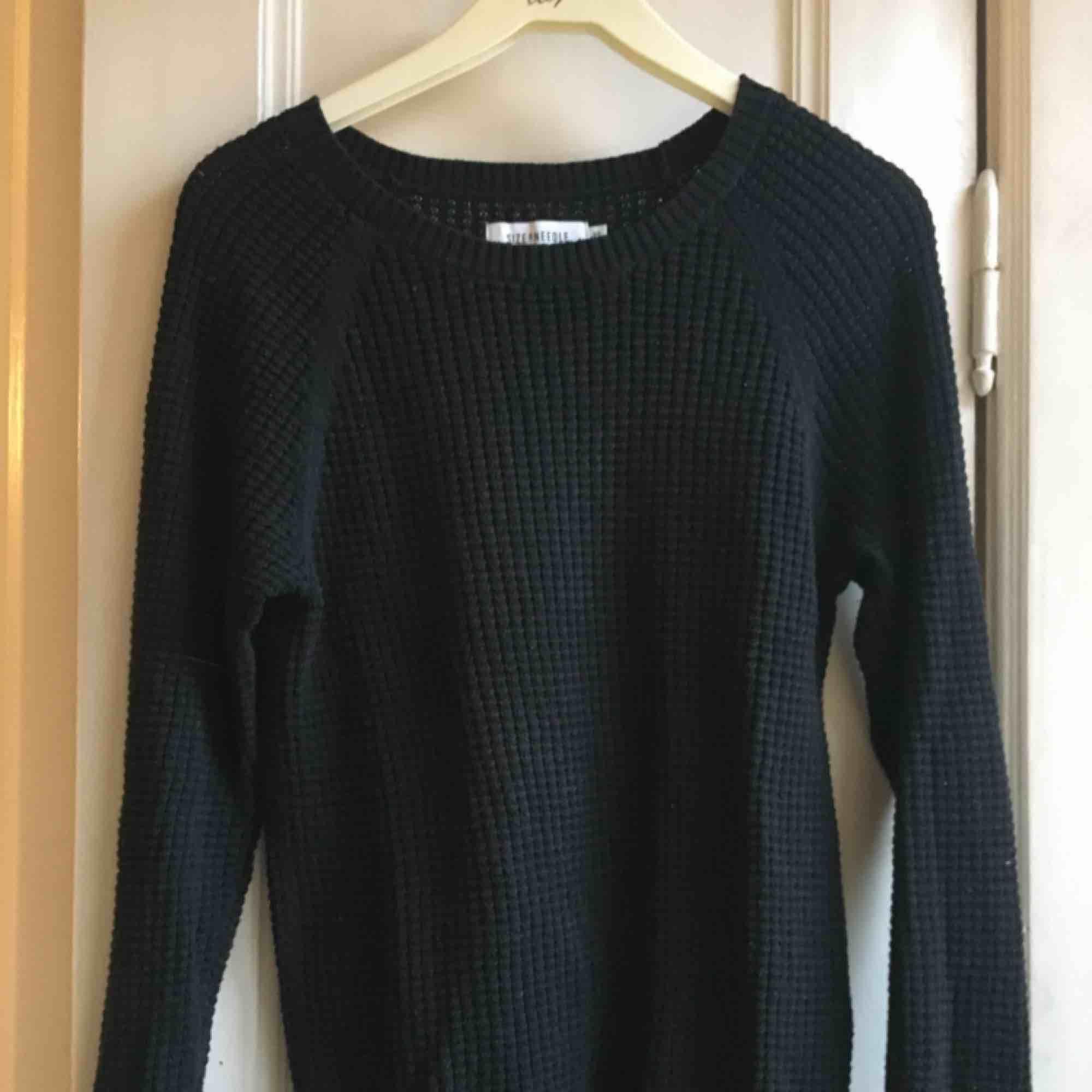 Jätteskön svart stickad tröja köpt på JC. Nästan helt oanvänd, perfekt basplagg! Frakt tillkommer. Stickat.