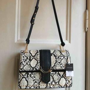 Helt oanvänd handväska från topshop! Köpte för 400kr säljer för 300kr. Frakt tillkommer