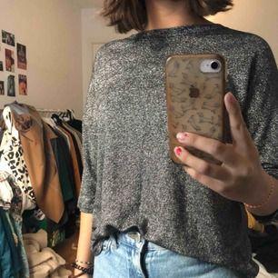 Glitter tröja. Köpt i en random butik utomlands. Står inte storlek men den passar XS, S.