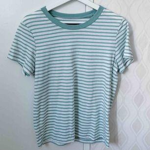 Grön/vit-randig tröja från Bik Bok. Strl S, ej använd. Frakt tillkommer.