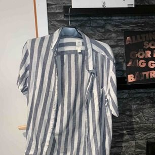 En kortärmad skjorta köpt i somras på HM. Jag har använt den en gång. Köparen står för frakten :)