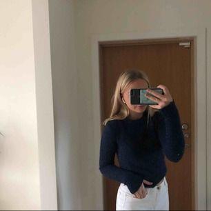 Supercool stickad tröja ifrån bikbok, marinblå med glitter!!   I princip aldrig använd, tröjan är i nyskick!!