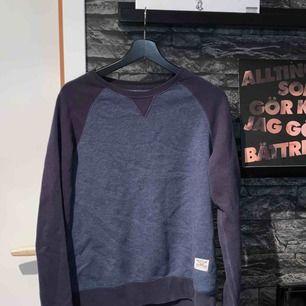 Långärmad tröja köpt på cubus för många år sen. Har legat i min garderob i säkert 4 år. Köparen står för frakten.