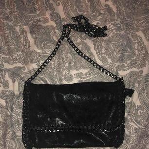 Populär väska med kedjedetaljer. Köpt i Italien, endast använd 2-3 gånger.