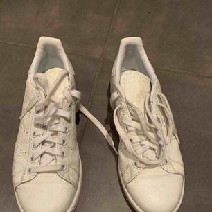 Vanlijvita stan smith skor från adidas  Nästan oanvända ser helt nya ut  450 kr + frakt ☺️