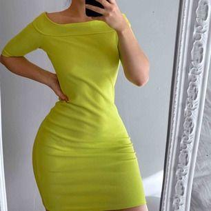 Neon grön off shoulder klänning från River Island storlek 36, har ett litet hål men är nog lätt att sy, annars i bra skick.  Frakt kostar 42kr extra, postar med videobevis/bildbevis. Jag garanterar en snabb pålitlig affär!✨ ✖️Fraktar endast✖️