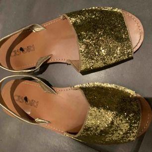 Sandaler med guldiga glitter på i bra skick använd ett par gånger!