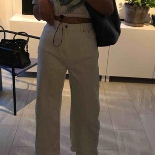 Riktigt fräscha vita jeans från Weekday. Knappt använda, köpte för 600.   Säljer pågrund av för stora. Har nålat in dom på bilden för att man ska se verkliga passformen för en person med rätt storlek!