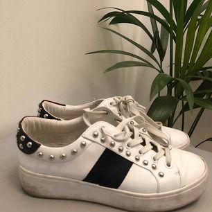 Jätte snygga skor med nitar från Steve madden. Nypris drygt 1000 kr och köpta i USA. Använda ett fåtal gånger