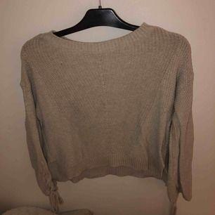 Stickad beige/grå tröja från Hollister. Snörning vid ärmarna och fint stickat mönster. Använd en del men ör fortfarande i bra skicka utan slitningar. 250kr + fraktkostnader