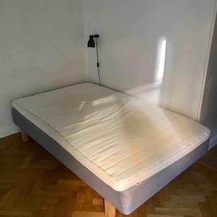 120-säng ink madrass (mycket bekväm) och träben säljes pga flytt. Hämtas upp på Södermalm i Stockholm