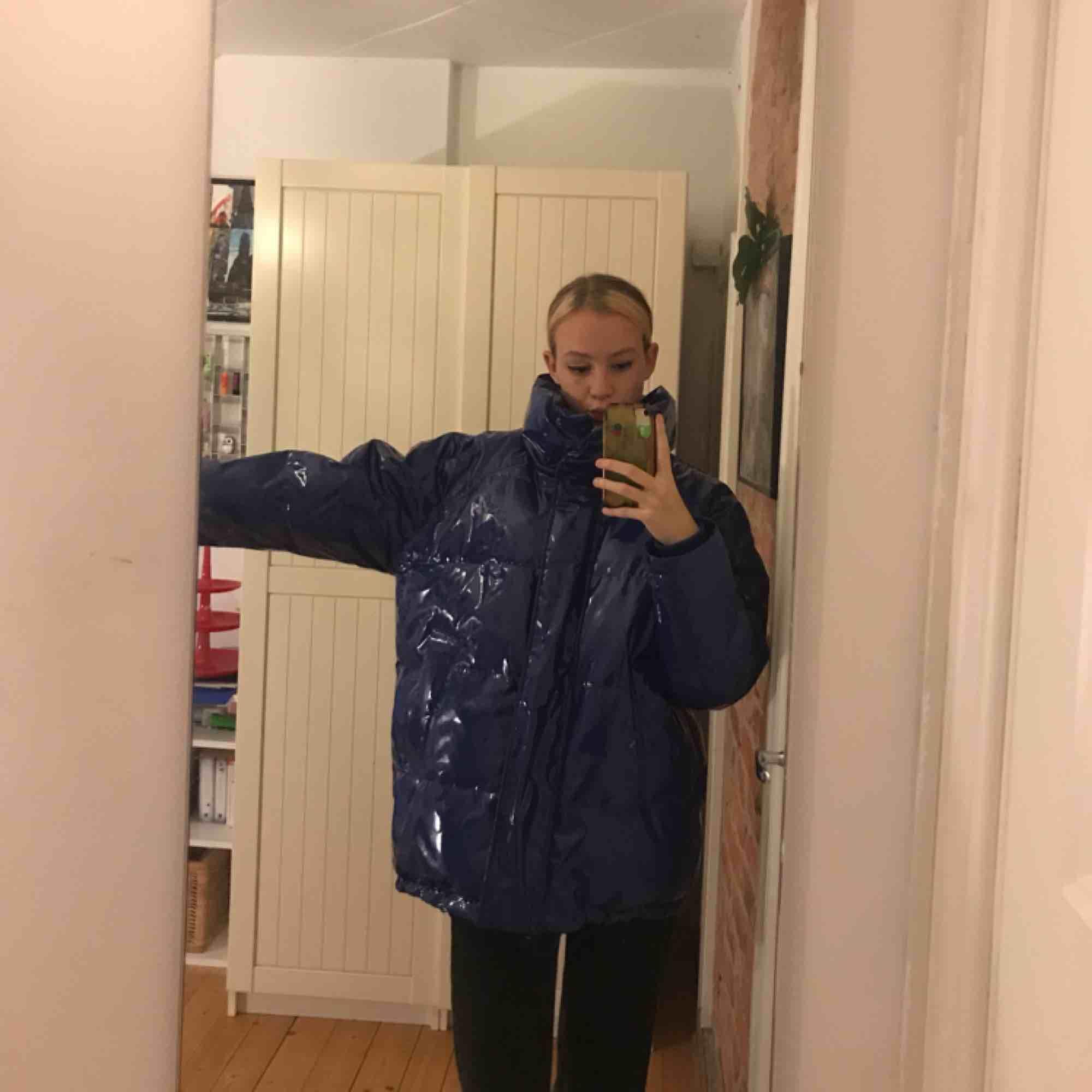 Stor härlig vinterjacka💘 blått glansigt material och skitsnygg på hösten och vintern! Sitter oversized för mig som oftast har xs-s❤️skitmysig verkligen . Jackor.
