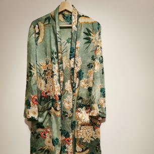 Lång kimono från Zara som är fantastisk. Passar till allt. (Saknar rep då jag aldrig använde det och slängde därav priset) nypris 1399kr.