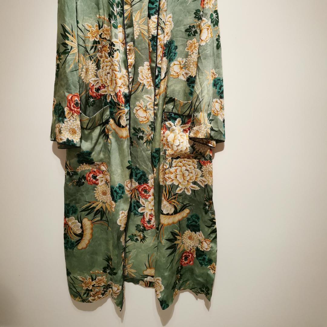 Lång kimono från Zara som är fantastisk. Passar till allt. (Saknar rep då jag aldrig använde det och slängde därav priset) nypris 1399kr.. Blusar.