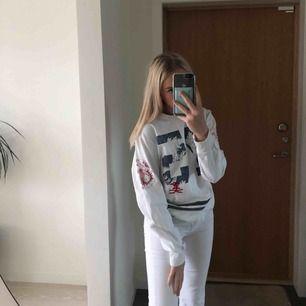 Supercool tröja med lite japanskt tema, passar perfekt till ett par jeans!!   Kan mötas upp i linköping men annars står köparen för frakten
