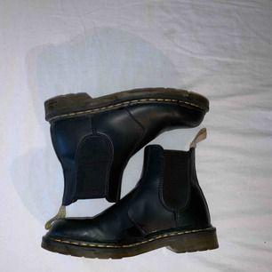 """Veganska dr martens skor som knappt är använda. Köpta för två år sen och är i väldigt bra skick förutom att de fått väldigt lite """"rynkor"""" där framme på skorna. Nypriset är kring 2000kr. Köparen står för frakten."""