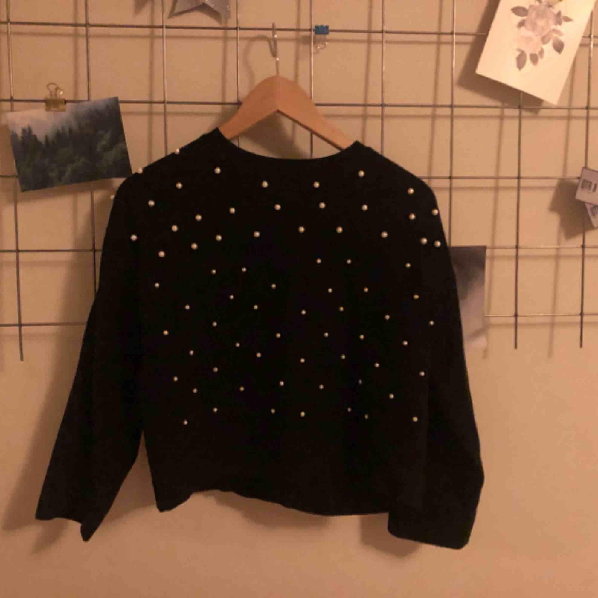 Superfin trendig tröja med fastsydda pärlor på tröjan. Superfint material och i bra skick! Säljer pga används inte, frakt ingår. Huvtröjor & Träningströjor.