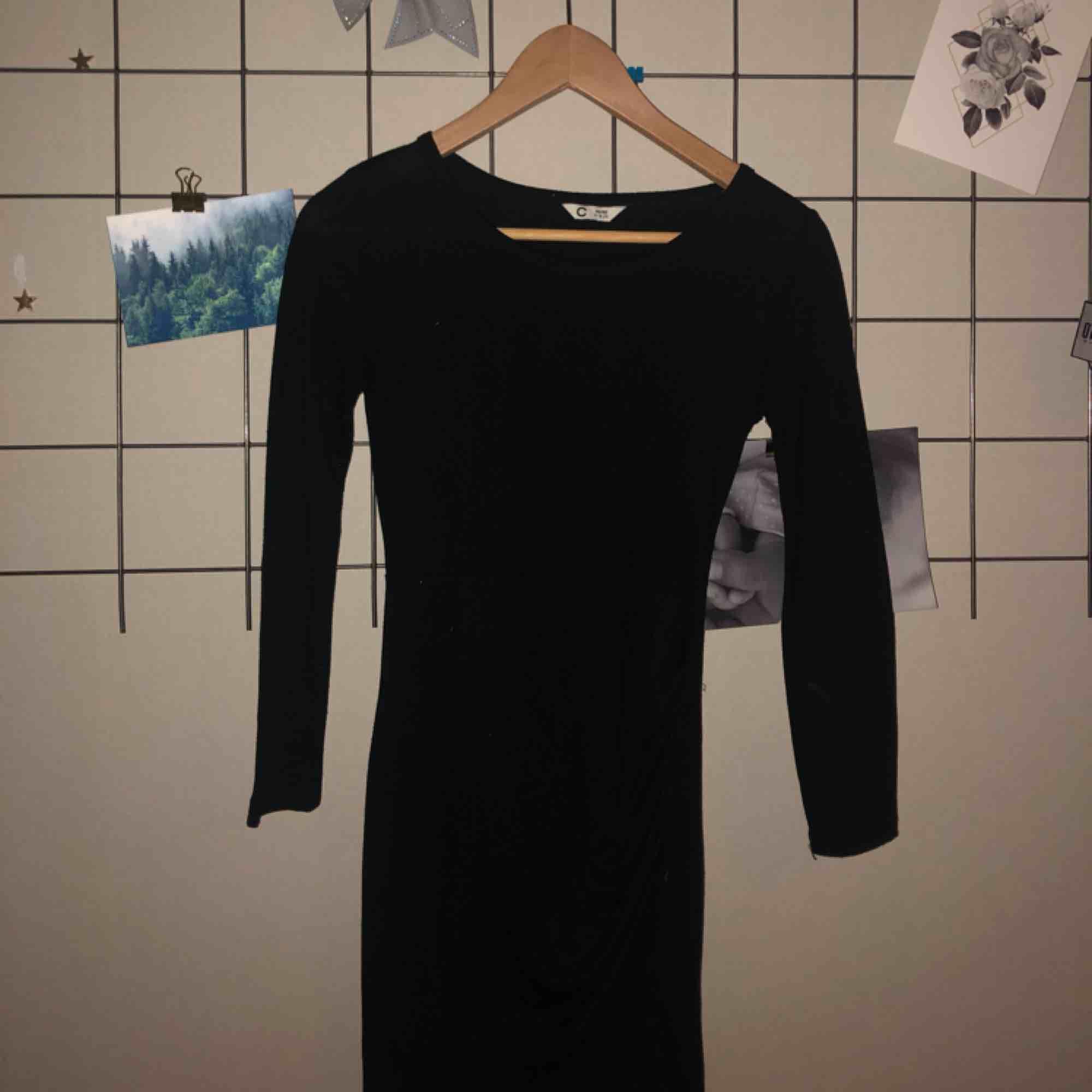 Plain svart klänning med shorts inuti så går att röra sig fritt! Superfin men kommer inte till användning. Aldrig använd, frakt tillkommer❤️. Klänningar.